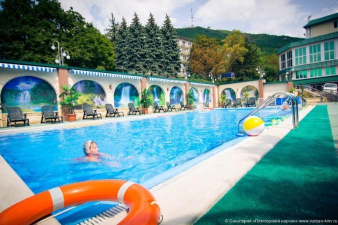 Открытый бассейн на склоне Машука